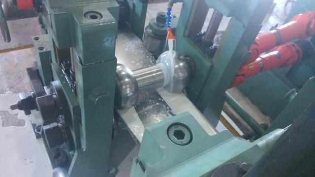 二手方管机器的成型主要由两部分组成,即粗成型和精成型